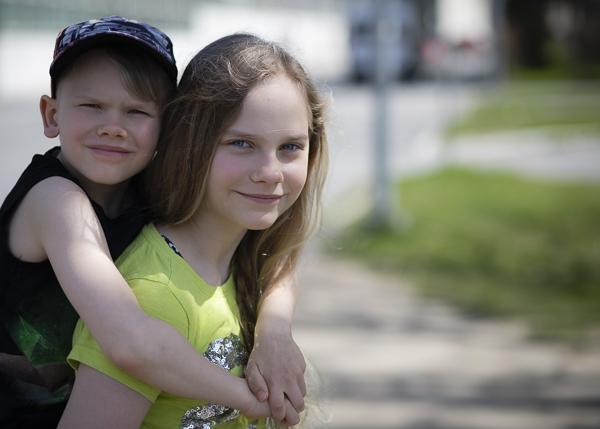 tyttö kantaa lasta-3094.jpg